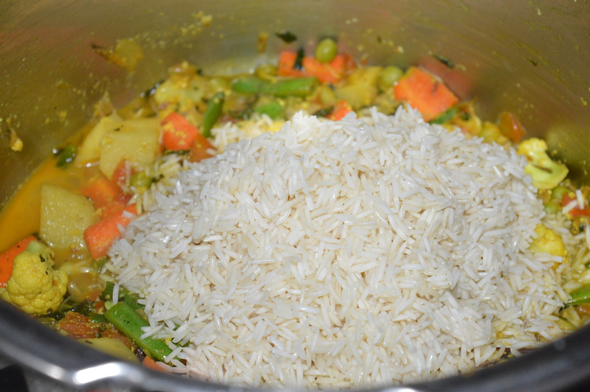 Step seven: Add strained rice. Mix well. Stir-cook for some time.