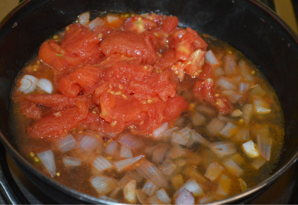 Step three: Add chopped tomato pulp with juice.