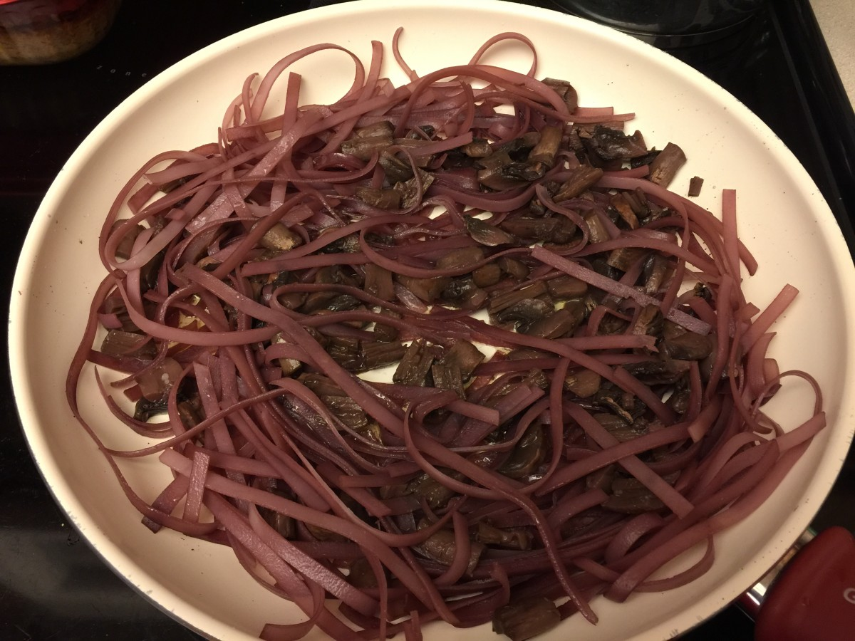Skillet with red wine, pho pasta, and mushrooms