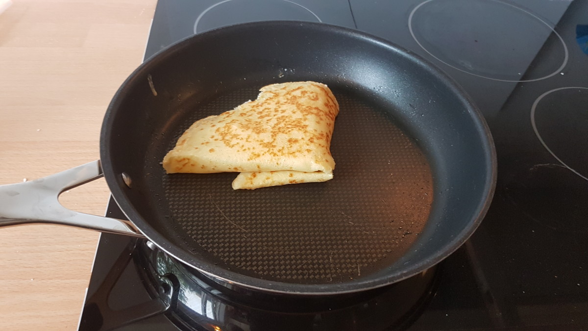 Closed crepe with the filling.