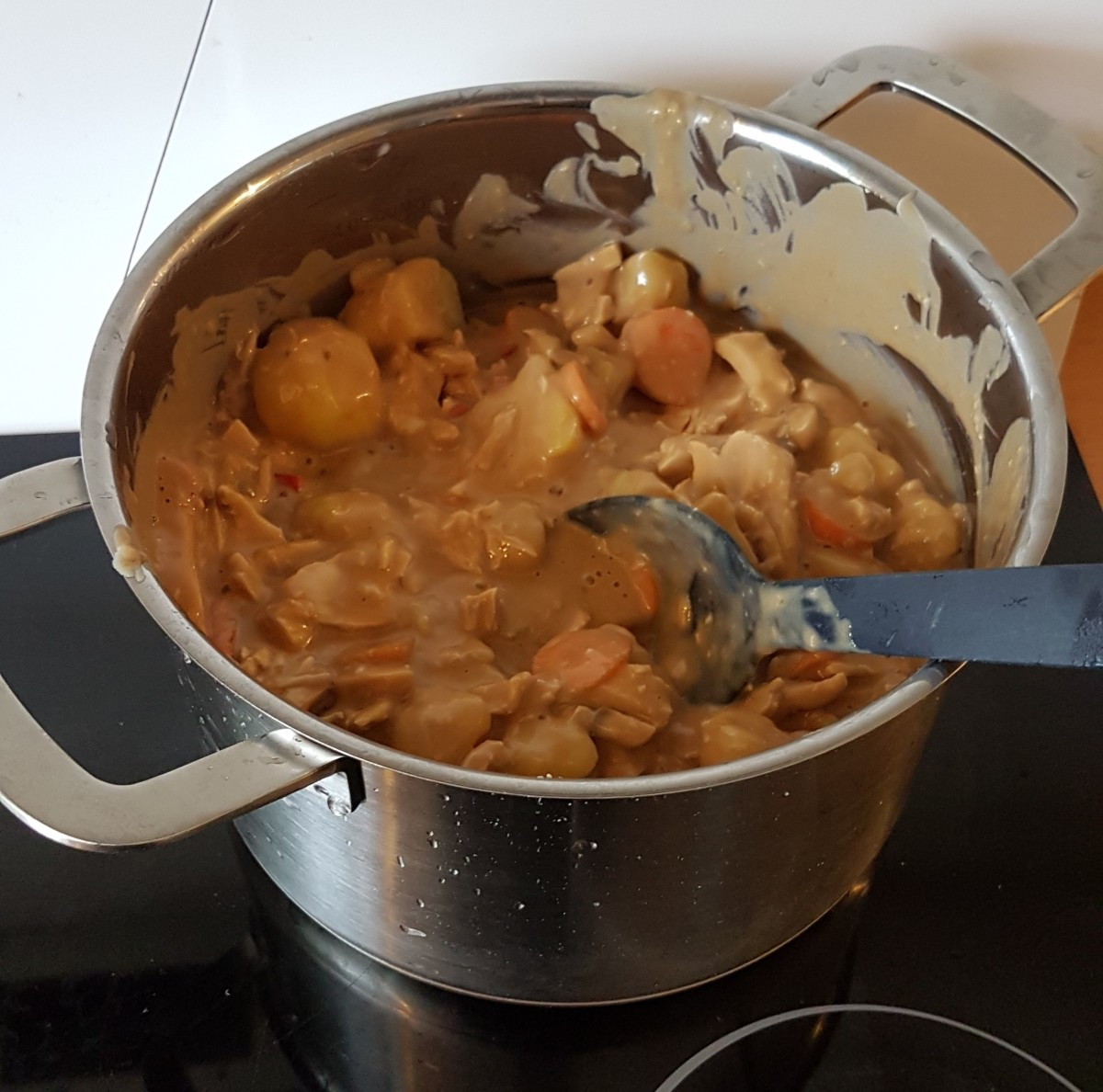 Chicken stew in a pot. Now the only thing left is to mix it and let it heat up.