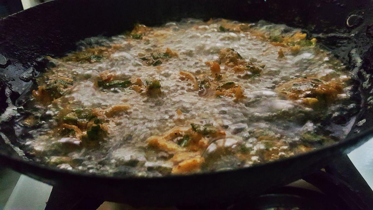 Pakoras deep frying