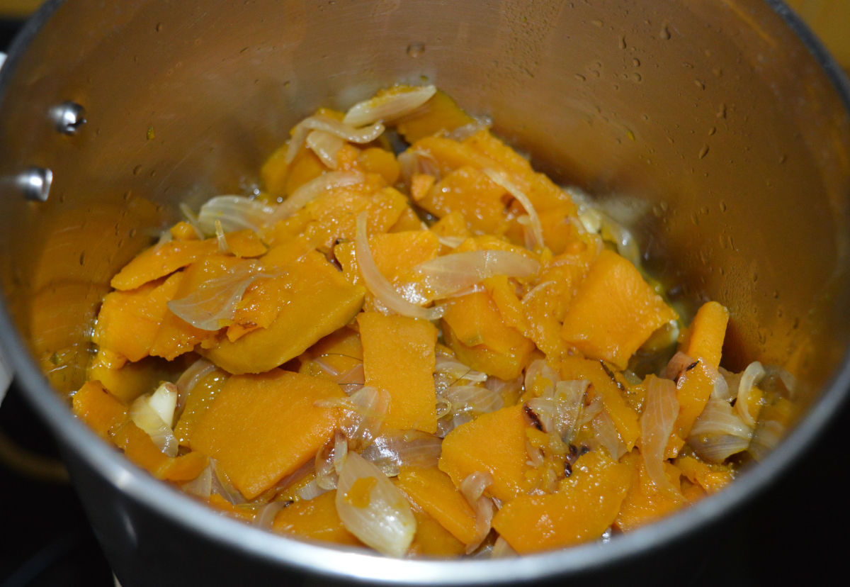 Step four: When the mixture is still warm, put it in a mixer or blender. Grind to obtain a smooth puree.