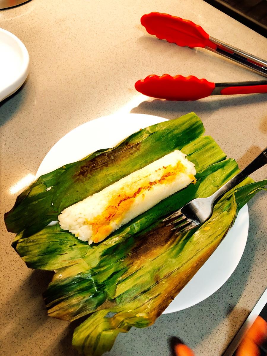Unwrap the banana leaf before eating the pulut panggang.