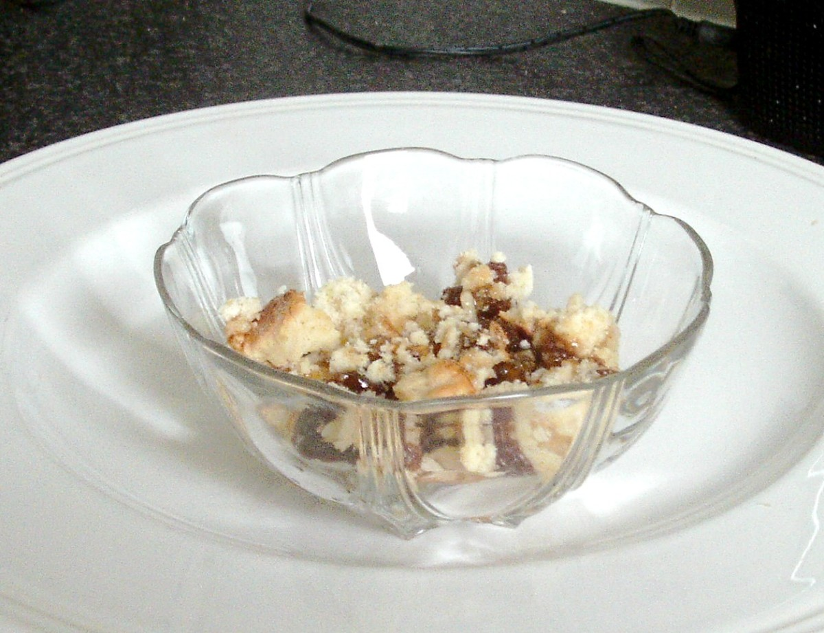 Mincemeat and sponge is arranged in dessert bowl