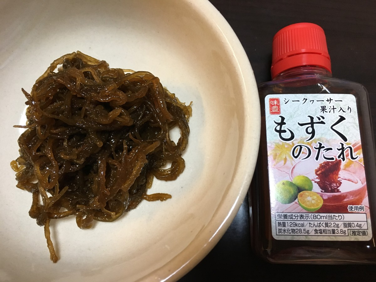 Mozuku seaweed with dressing
