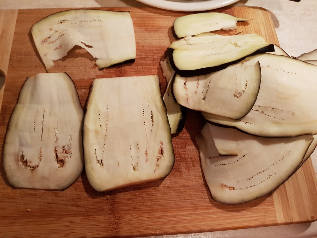 Cut aubergine vertically into 1/2-cm slices.