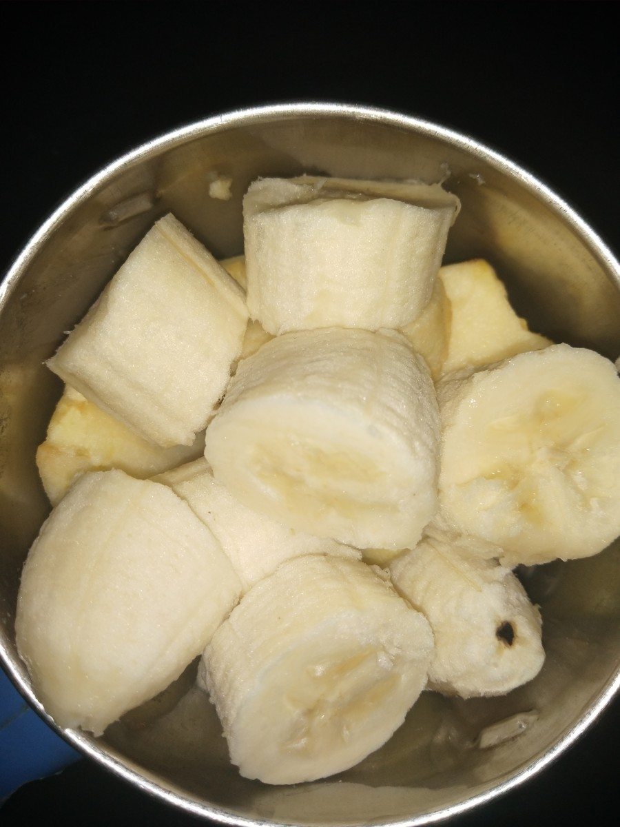 Mash or grind roughly chopped apple and banana by hand, or use a masher or blender.