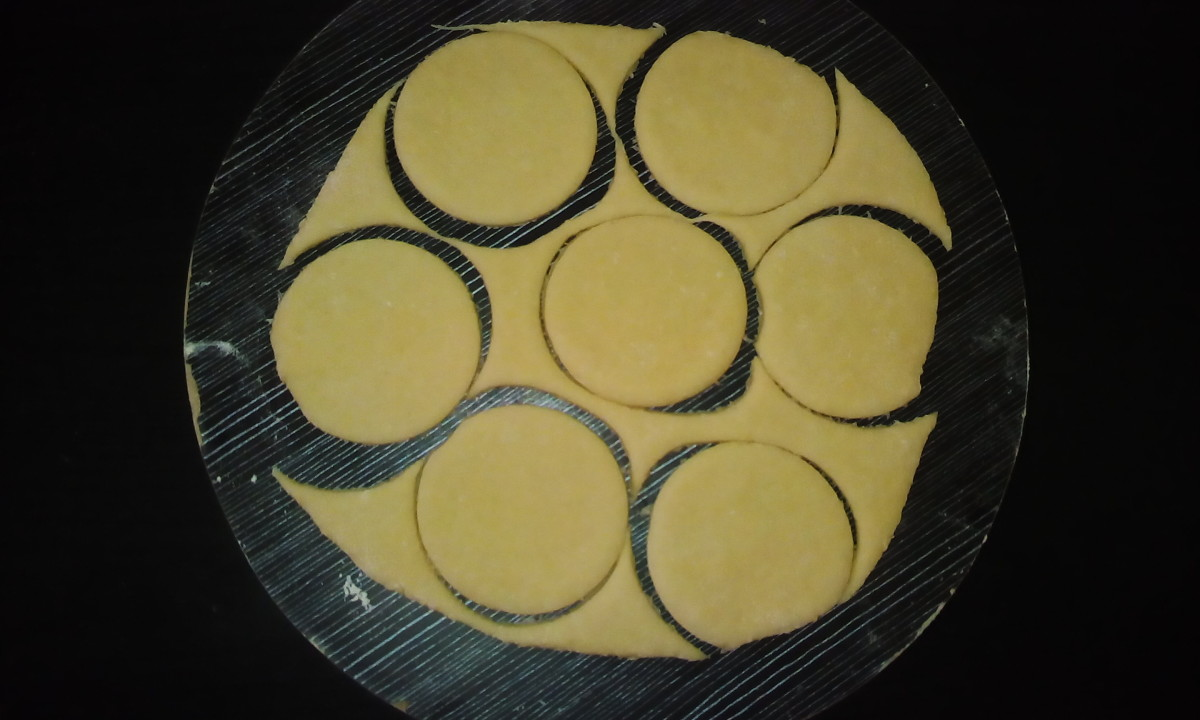 Roll the dough (for a fleshy crust, roll out a thick dough; for the hollow type, roll out a thin dough). Cut to the desired shape.
