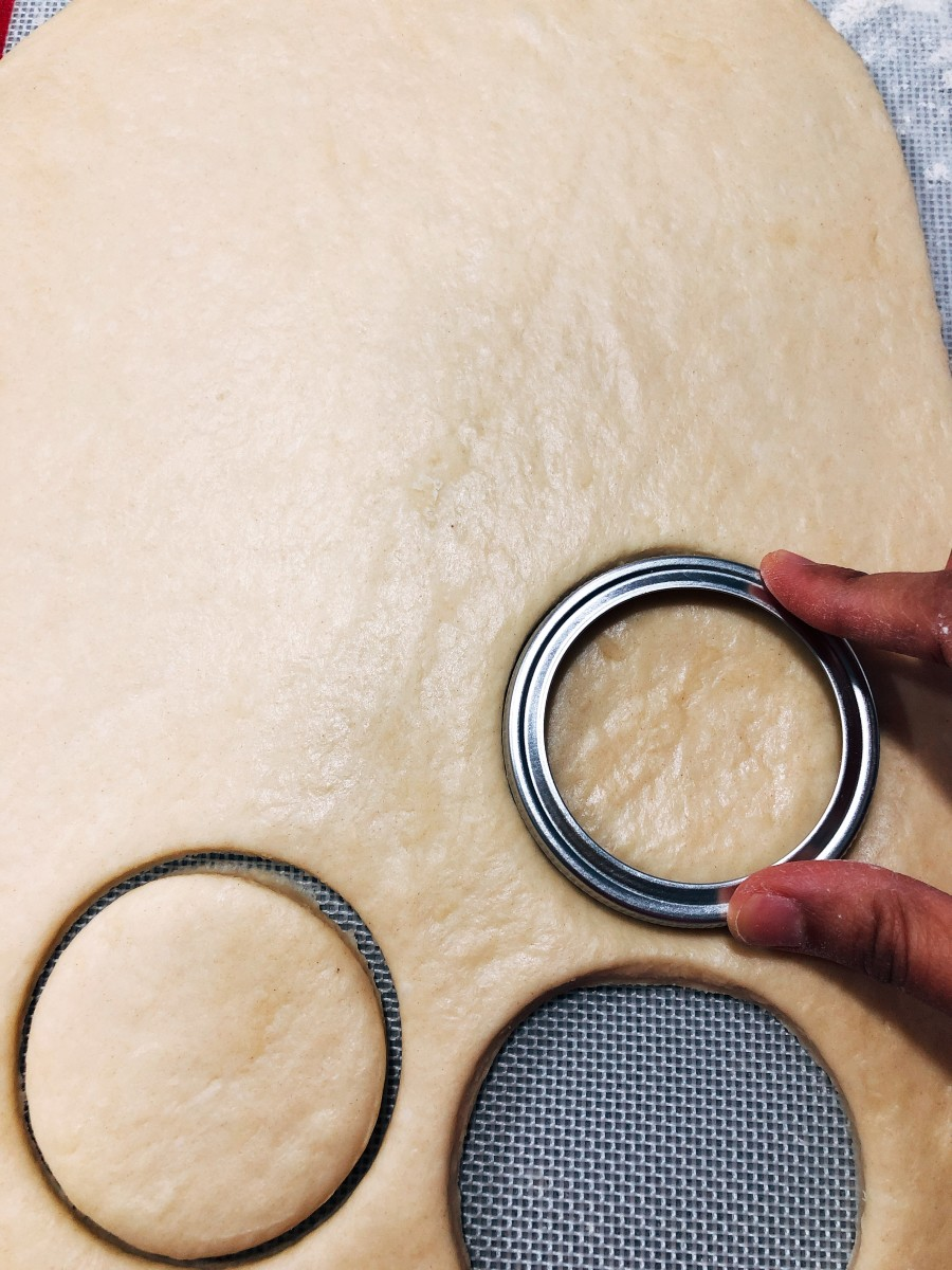 Use a round cutter to cut about 7 circles.