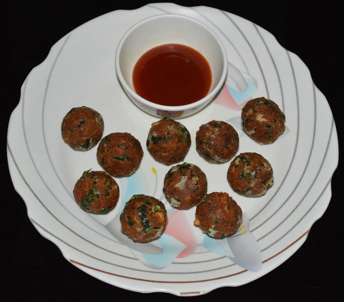 Mouthwatering spinach, paneer, and cheese balls are ready to serve! Eat them with tomato sauce on the side.