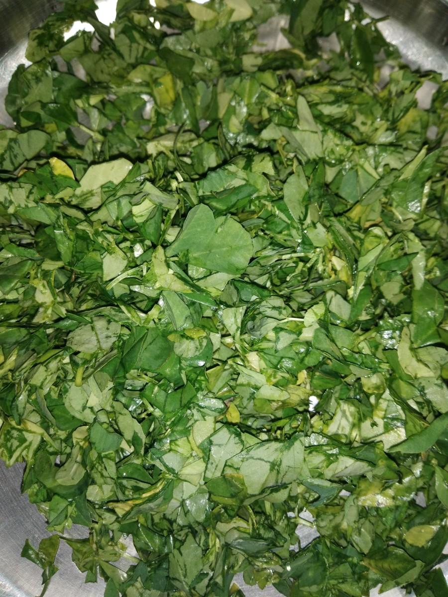 Pluck the fenugreek leaves from the stem, then wash and finely chop them.