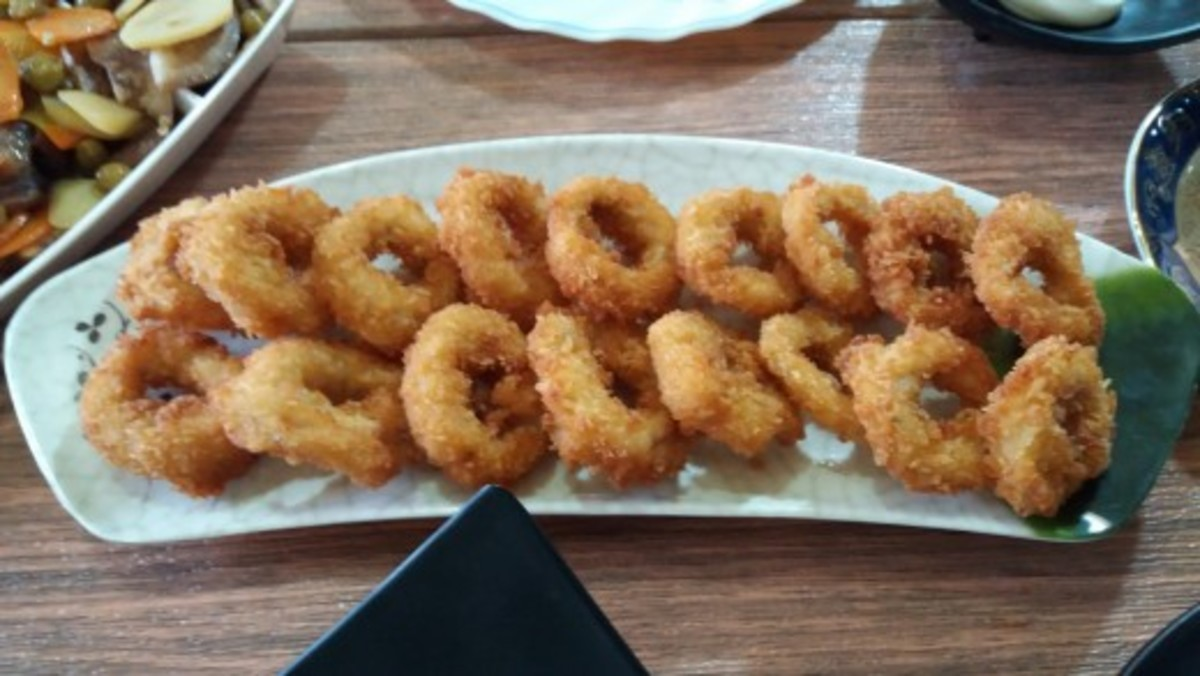 A plated serving of perfectly crisp calamares fritos