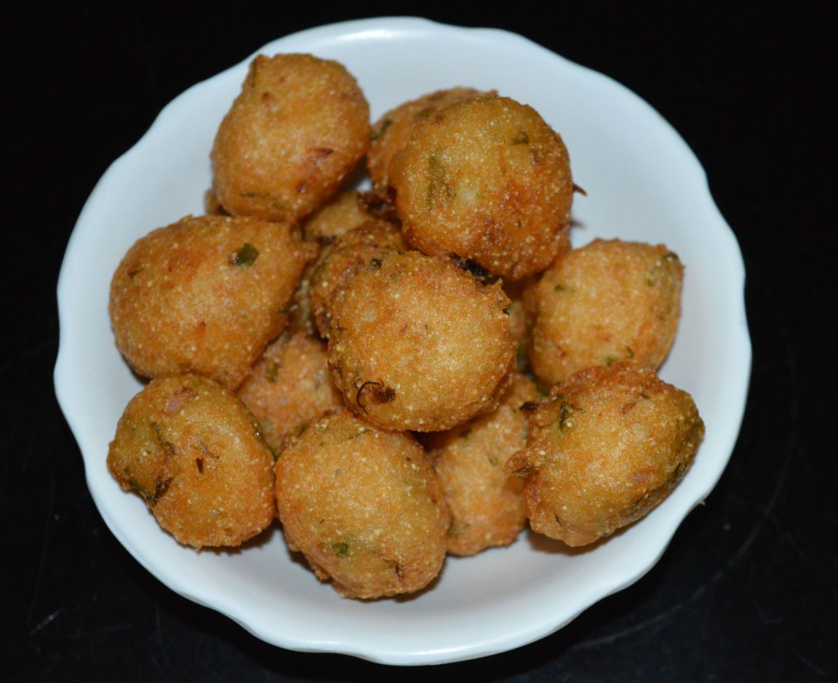 The completed idli batter fritters (punugulu).