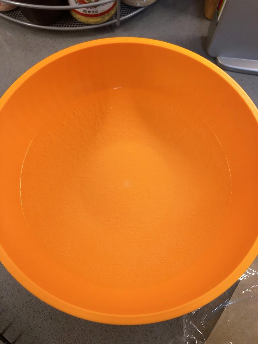 Prepare the baking soda bath in a large bowl.