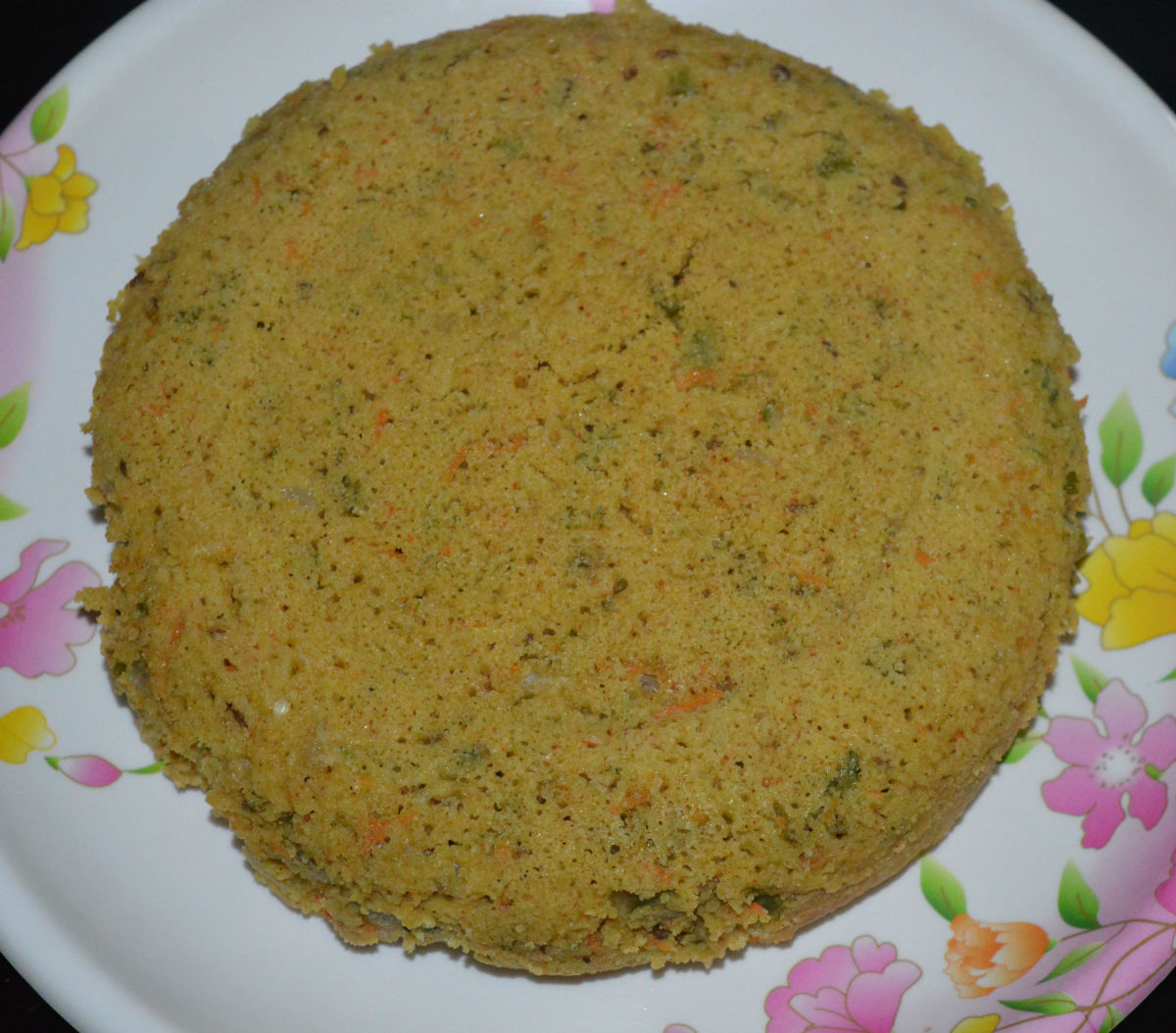 Observe the porous cake. You can consume it as is by cutting it into small pieces. This cake has almost zero oil. Serve it with tomato sauce and green chutney. Also, you can make it yummier by adding a seasoning to it.