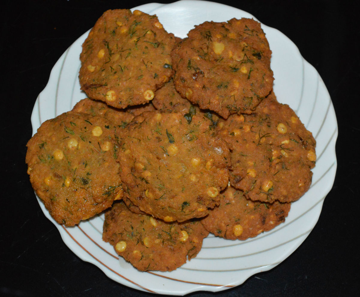 The masala vada (ambode) are ready to serve! Serve them hot with tea or coffee. Enjoy the taste! They are crispy on the outside and soft on the inside.