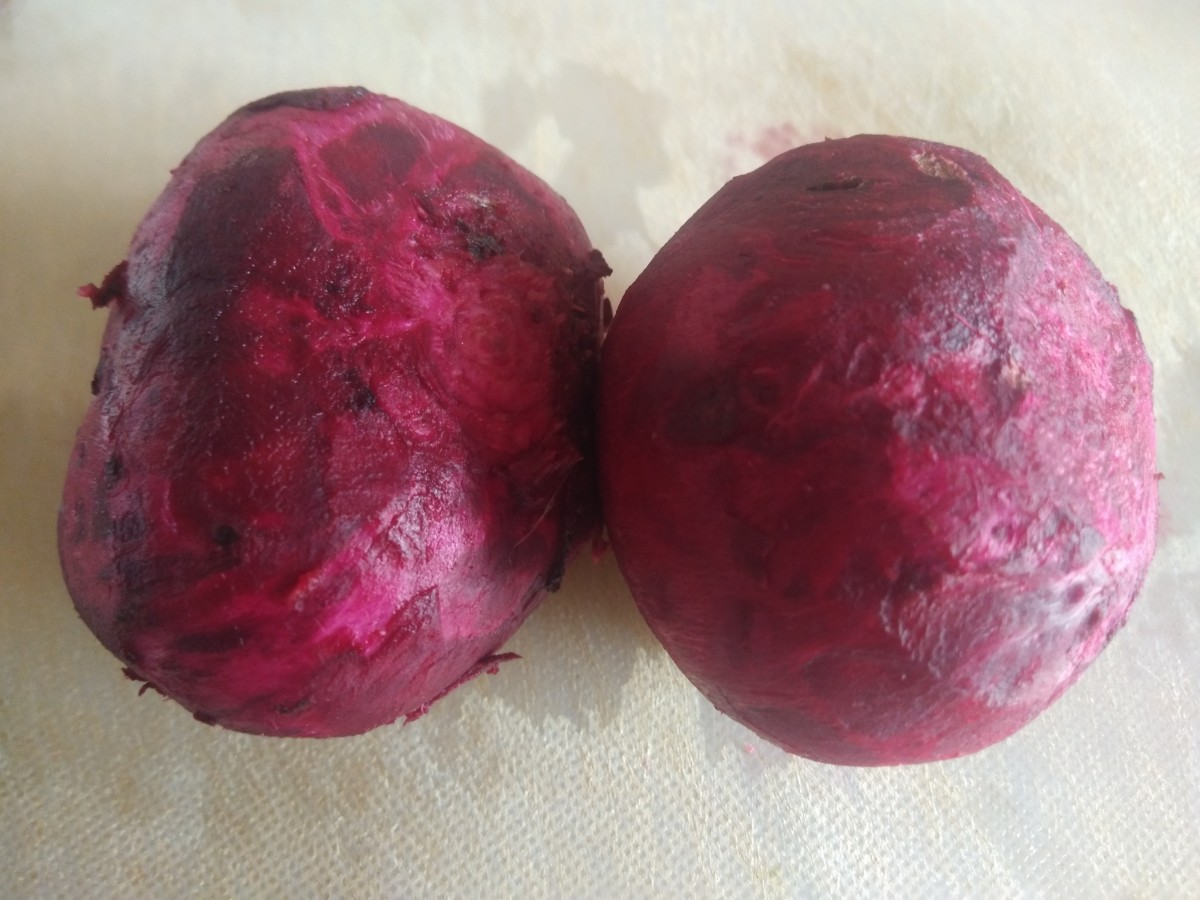 Wash, cut the ends, and peel the skin of the beetroot.