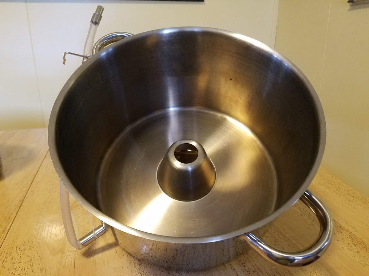 The steam rises through the hole in the center of the middle pan. Juice collects in the middle pan and can be emptied through the silicon tube.