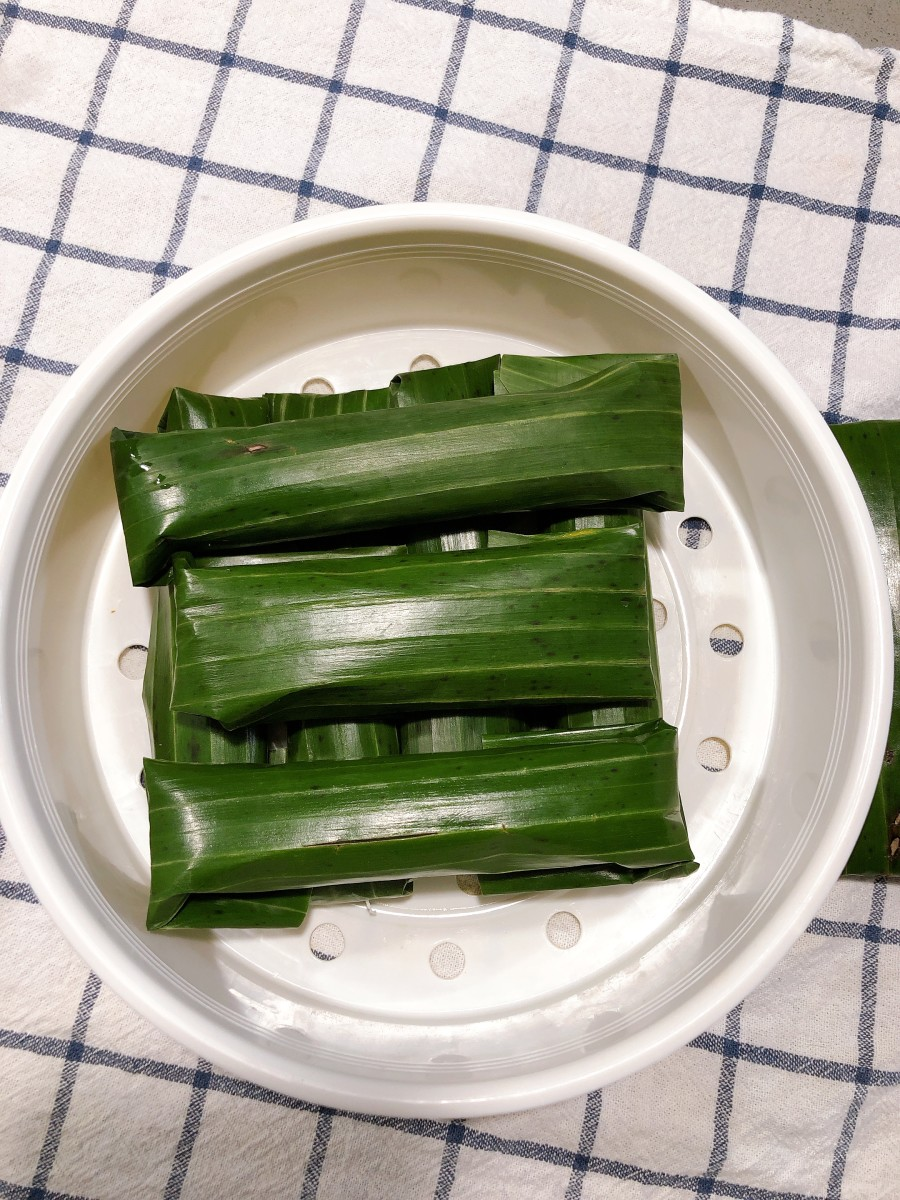 Repeat this process until all of the leaves have been rolled. Lepat labu is ready to steam.