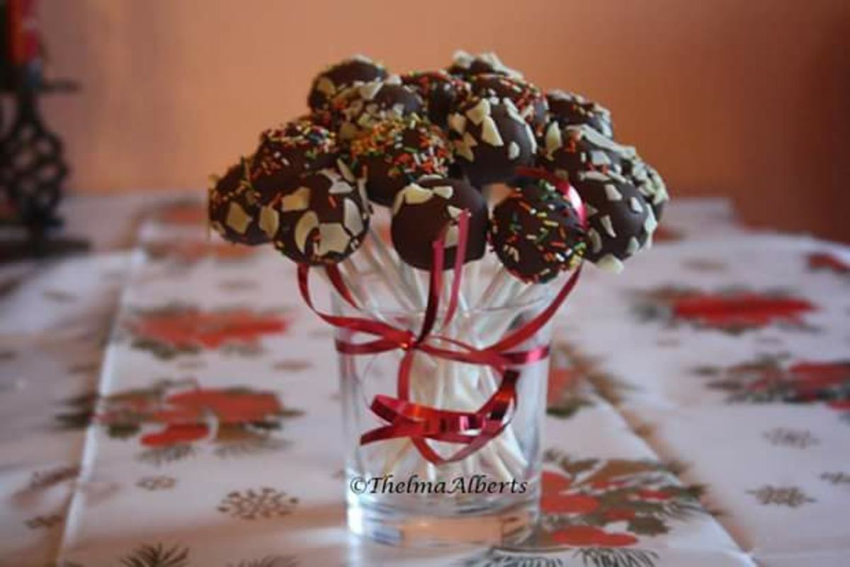 I made these cake pops with strawberry jam in the sponge cake mixture.