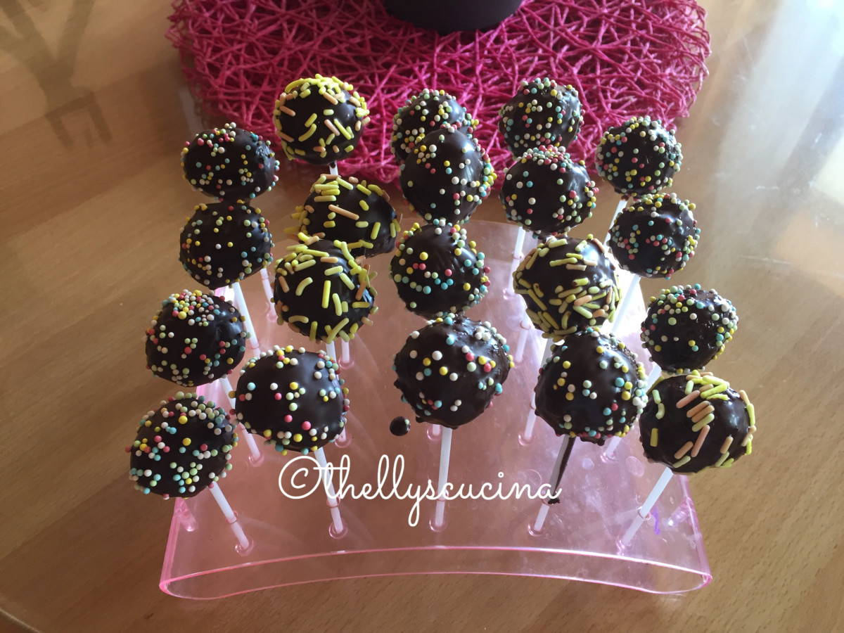 Cake pops are ready to serve.