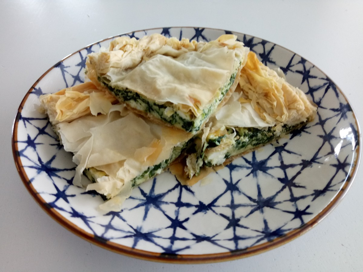 Greek spinach pie (spanakopita). Delicious and ready to eat!