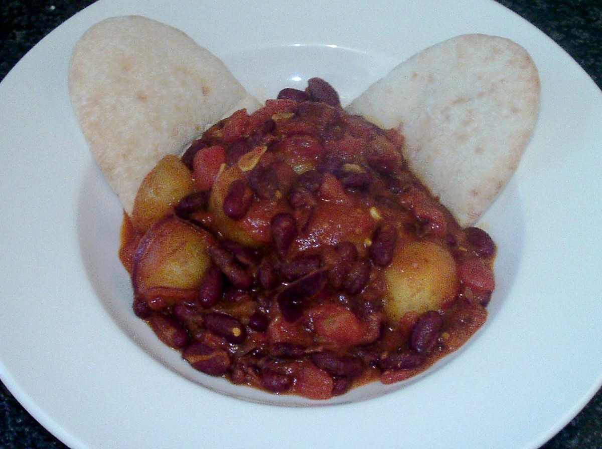 Potato and red kidney bean vegetarian curry with pitta breads