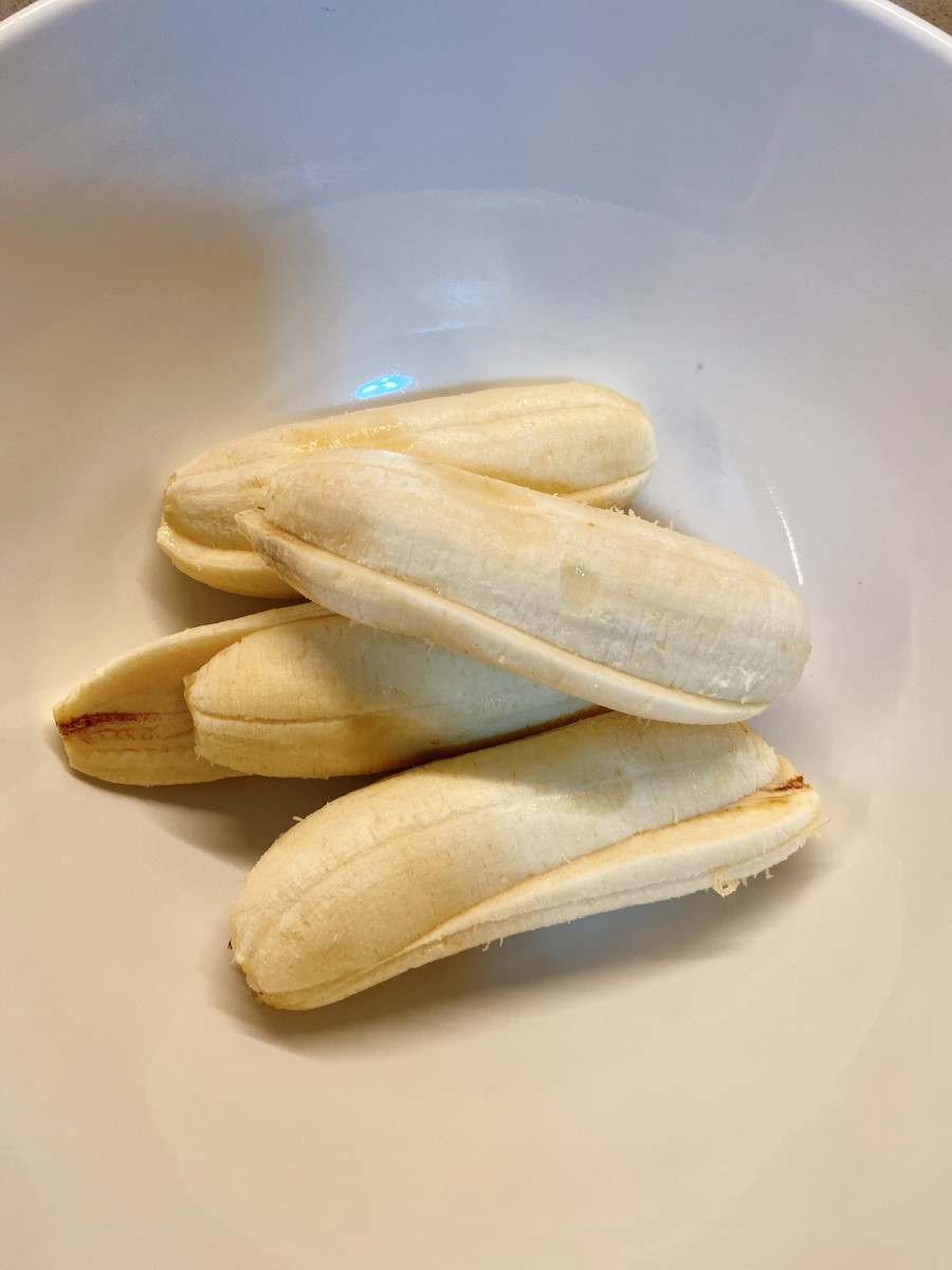 Peel the bananas and put them in the bowl.