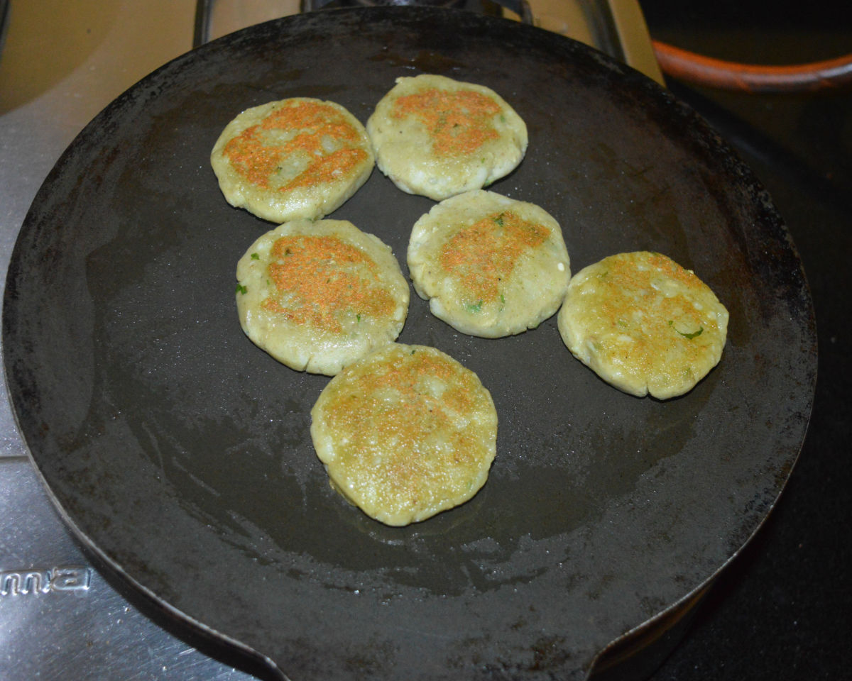 Cook the patties while adding oil on both sides on medium heat until both the sides become golden brown. Turn off the heat. These patties make the base for ragda patties.