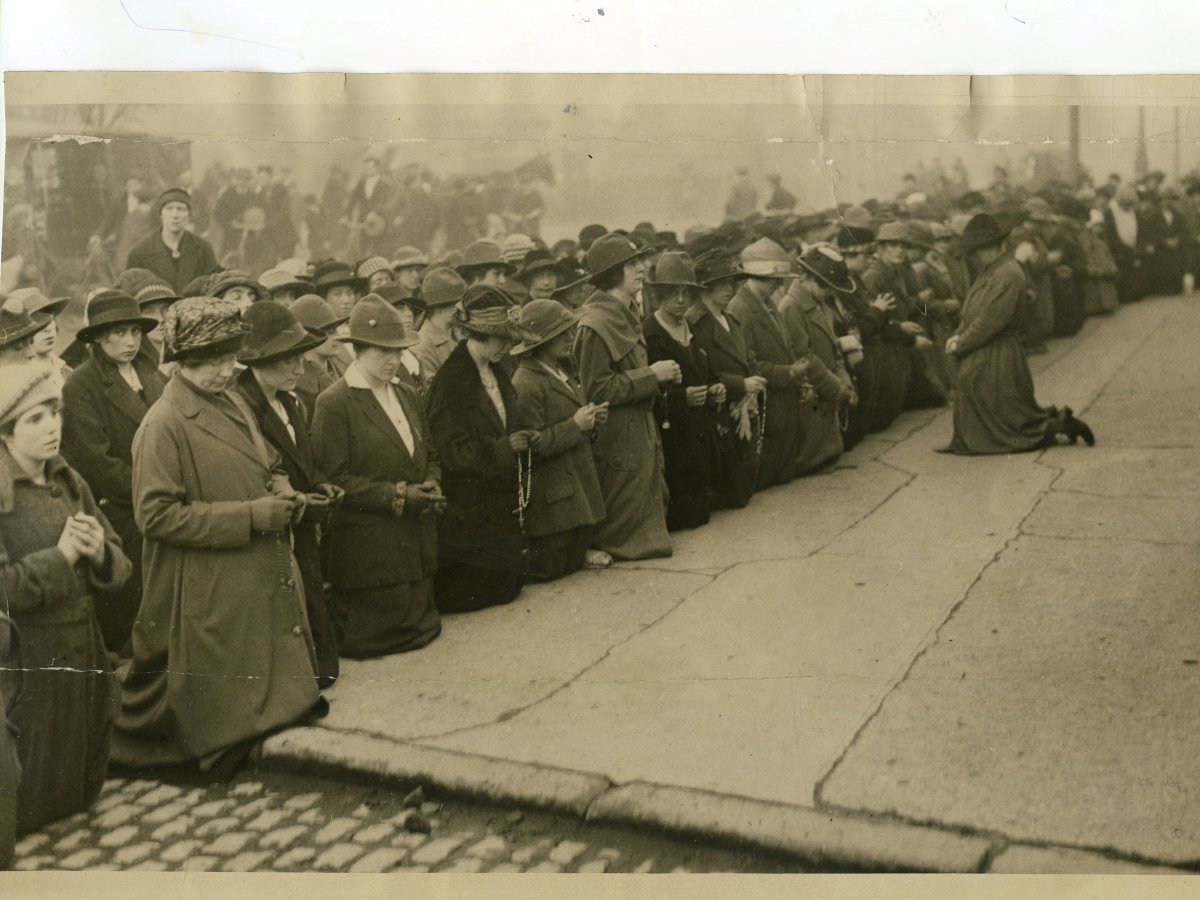 A large crowd of men, women and children praying for Kevin Barry outside Mountjoy Jail.in 1920