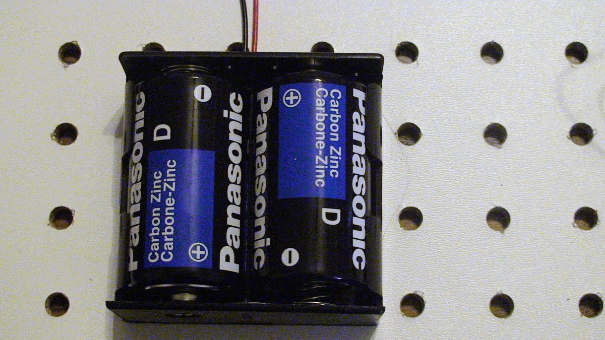 Battery holder with D sized batteries.