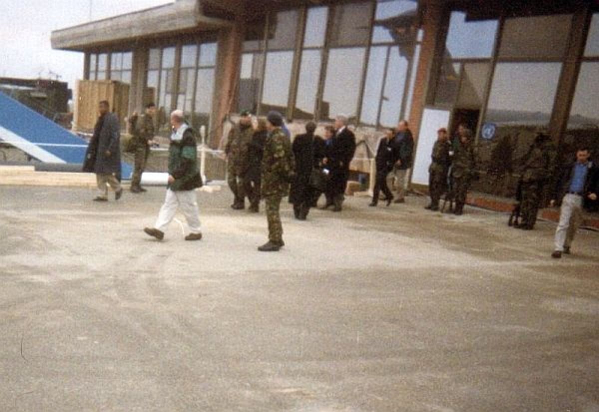 US President Bill Clinton at the Pristina International Airport 5 Nov 1999, visiting KFOR soldiers at Thanksgiving.
