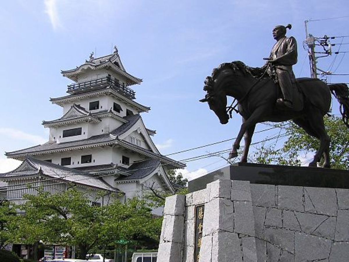 Statue of the Daimyo Tōdō Takatora, in front of the Castle of Imabari