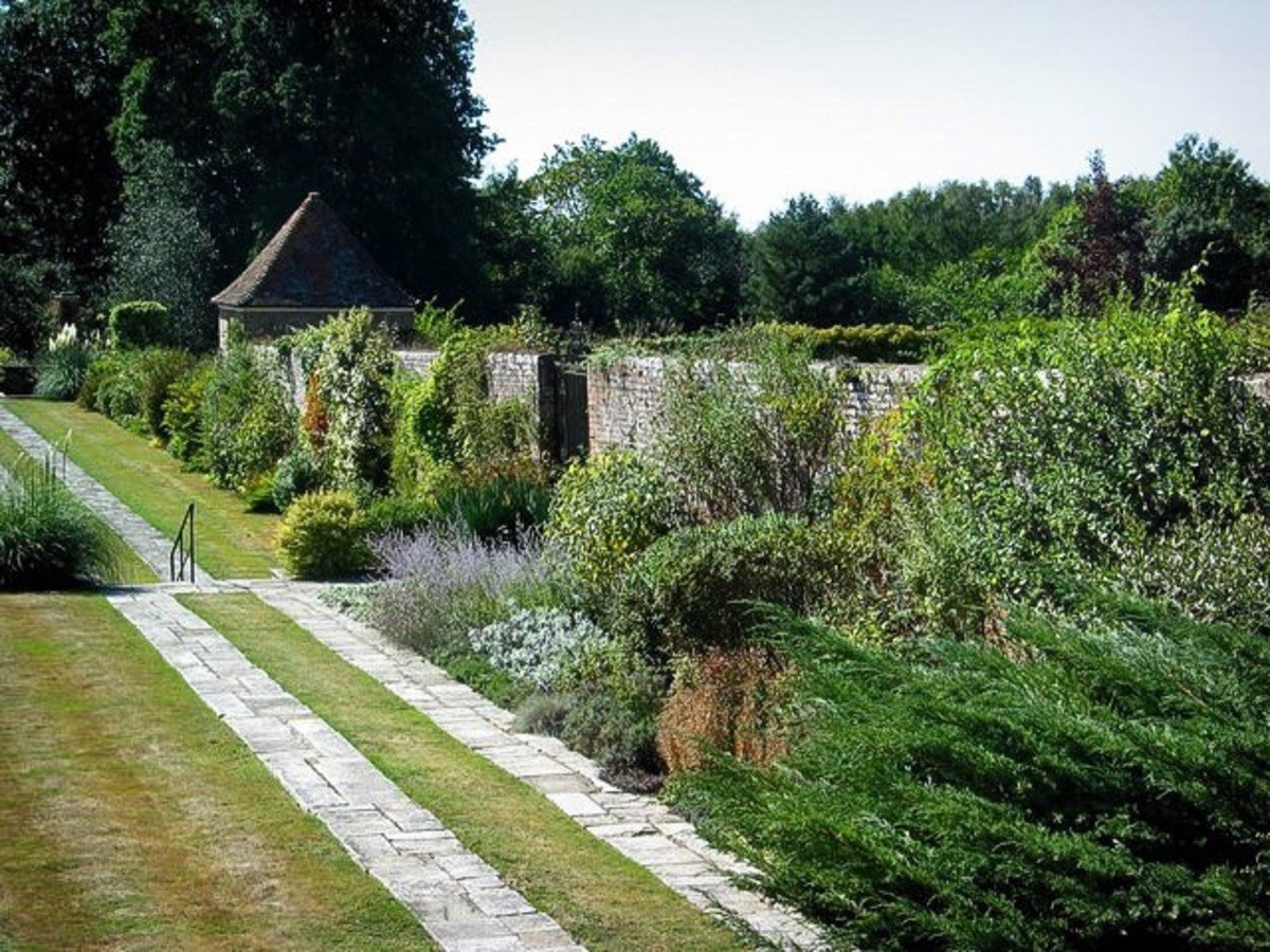 The walled garden at Great Maytham Hall was the model for the secret garden. The wall of the secret garden was hidden by a thick layer of vegetation, however.