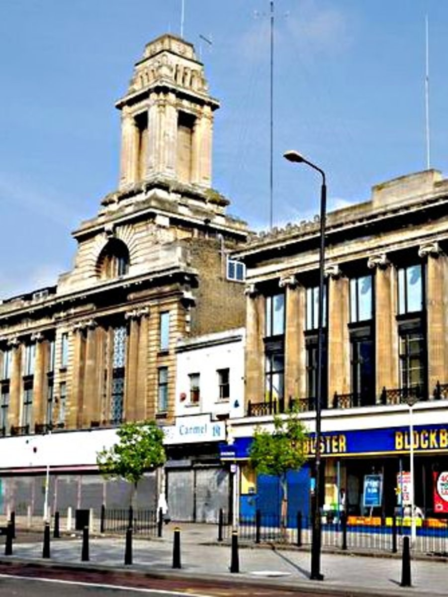 Wickhams and Spiegelhalter's in more recent times - the jewellery shop all boarded up and awaiting its fate