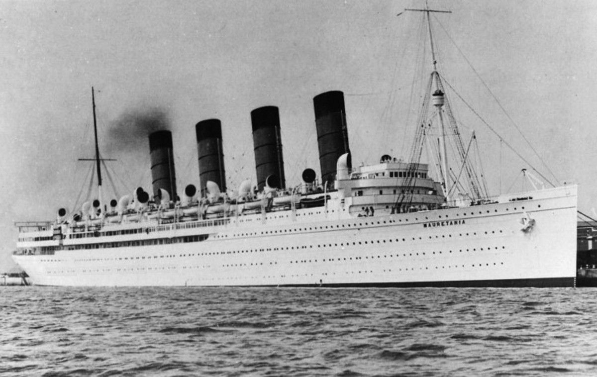 The Mauretania in 1930s cruising paint.