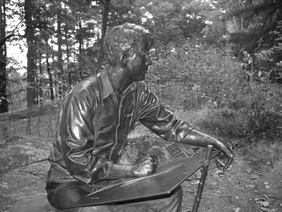 A statue of Frost adorns the campus at Dartmouth College.