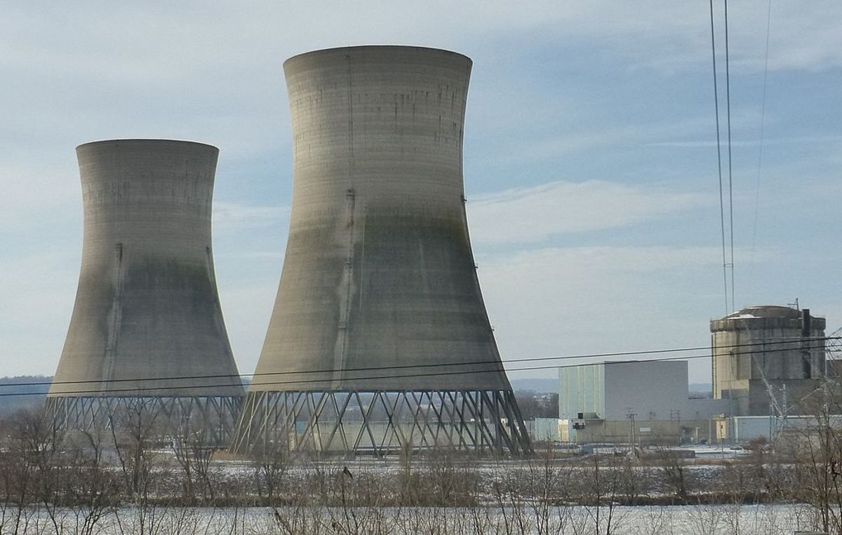 The unit 2 of Three Mile Island Nuclear Generating Station closed since the accident in 1979. The cooling towers on the left. The spent fuel pool and containment building of the reactor on the right.