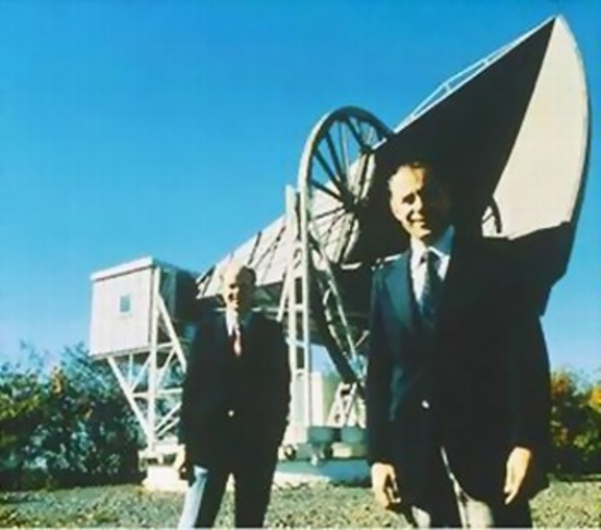 A photograph of Arno Penzias and Robert Wilson standing next to a radio telescope