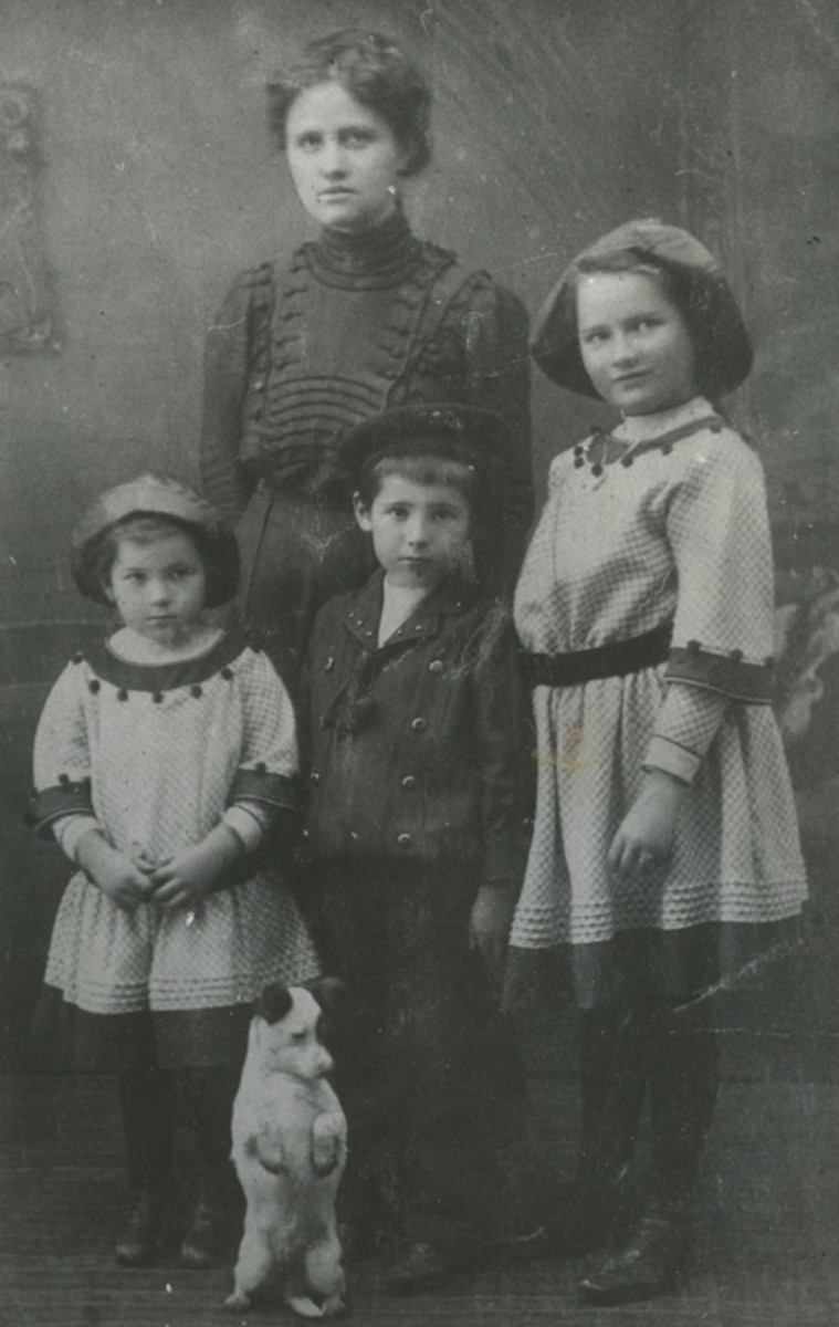 Dragoslav as a child with his sisters, probably in he 1920's.
