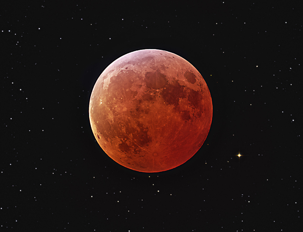 The orange of a totally eclipsed Moon