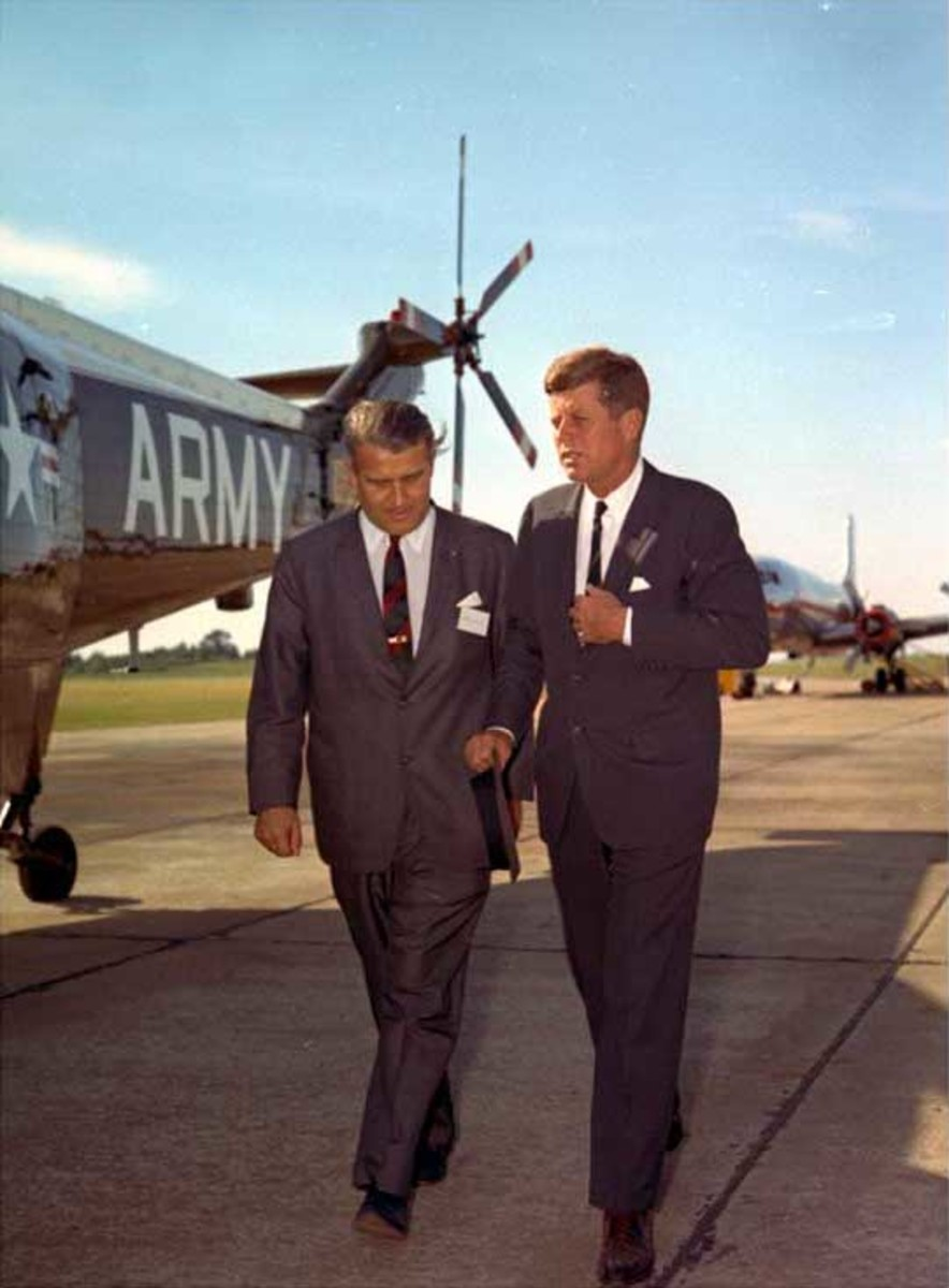 Von Braun with President Kennedy in 1962 he would be recruited by the United States after the Second World War to help develop  its rocket program.