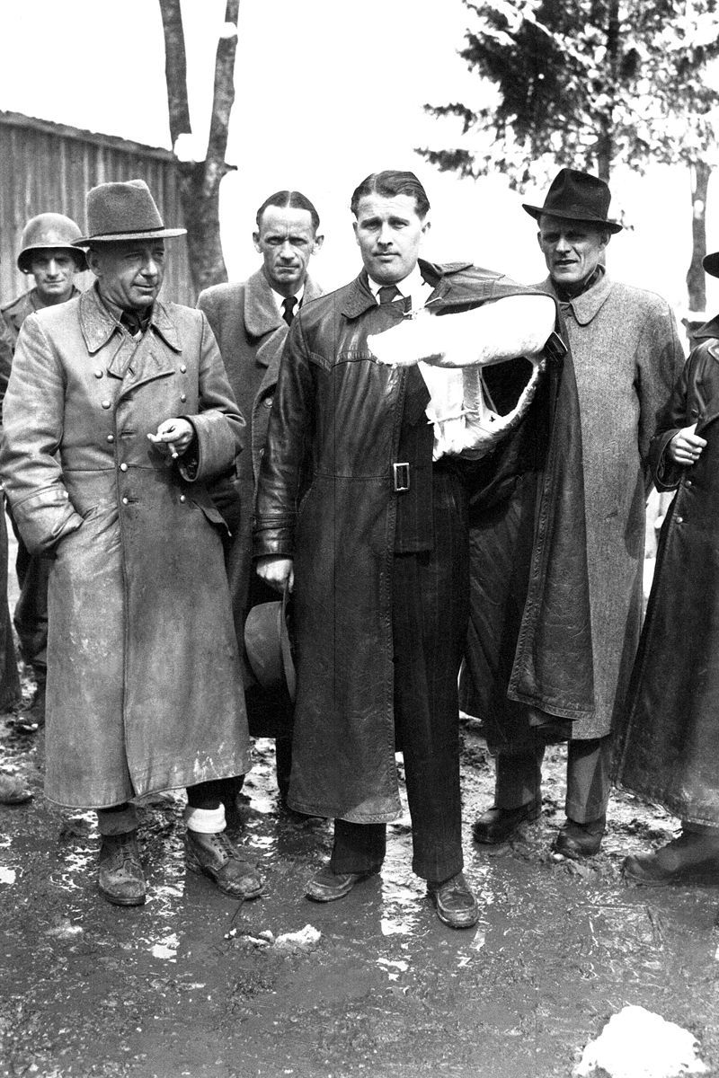 Von Braun arm in cast and Major-General Walter Dornberger on May 3,1945, with American soldiers after the surrender of Nazi Germany. Included in this photo is Hans Lindenberg the V-2s rocket combustion chamber designer.