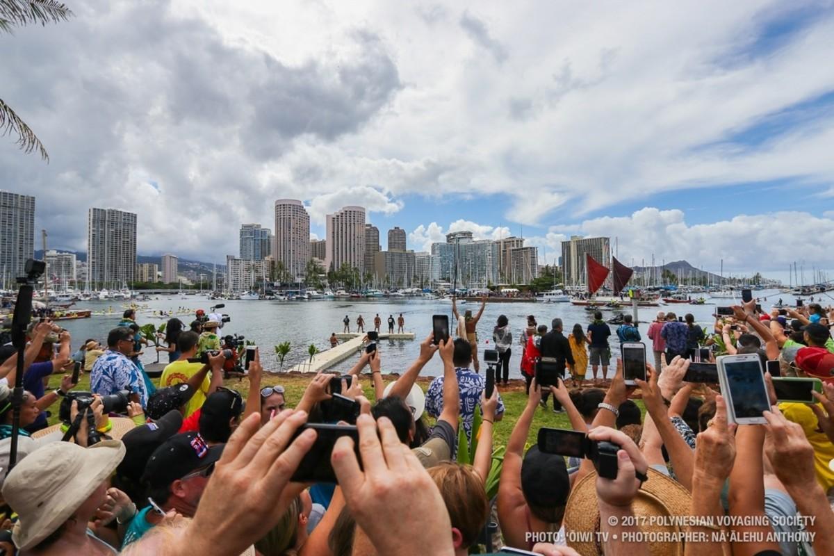 Over 50,000 people came to Magic Island near Ala Moana Beach Park to greet the Hōkūleʻa .