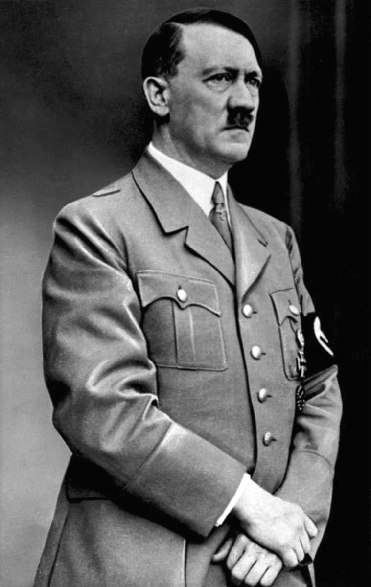 Ian McKellen's Richard III is made to look very similar to Adolf Hitler.