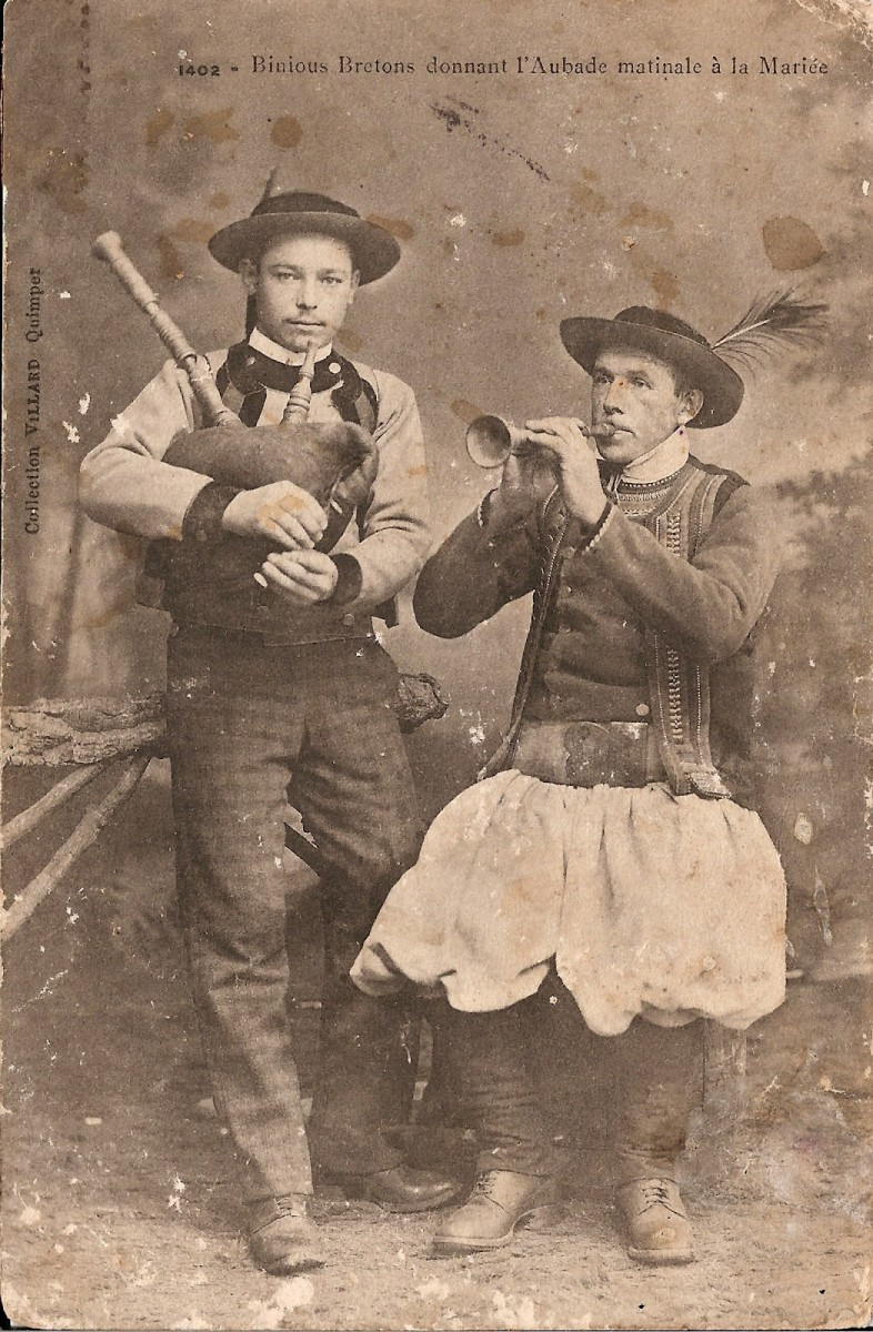 Two Breton musicians in traditional dress from the 19th/20th century.