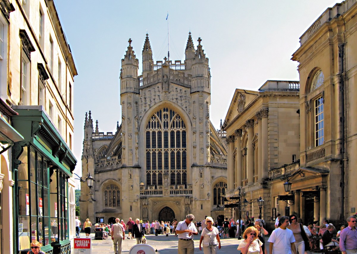 Bath Abbey; the Roman Baths are on the immediate right of the abbey and the Pump Room is next to the baths