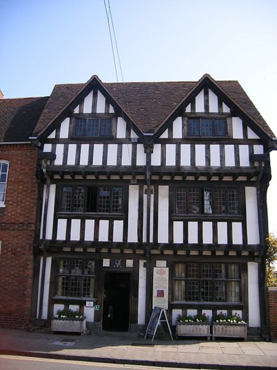 This is New Place, in Stratford-upon-Avon in the UK. It is the last house that William Shakespeare lived in.  It shows the use of leaded windows, a technique developed in the mid-fifteenth century.