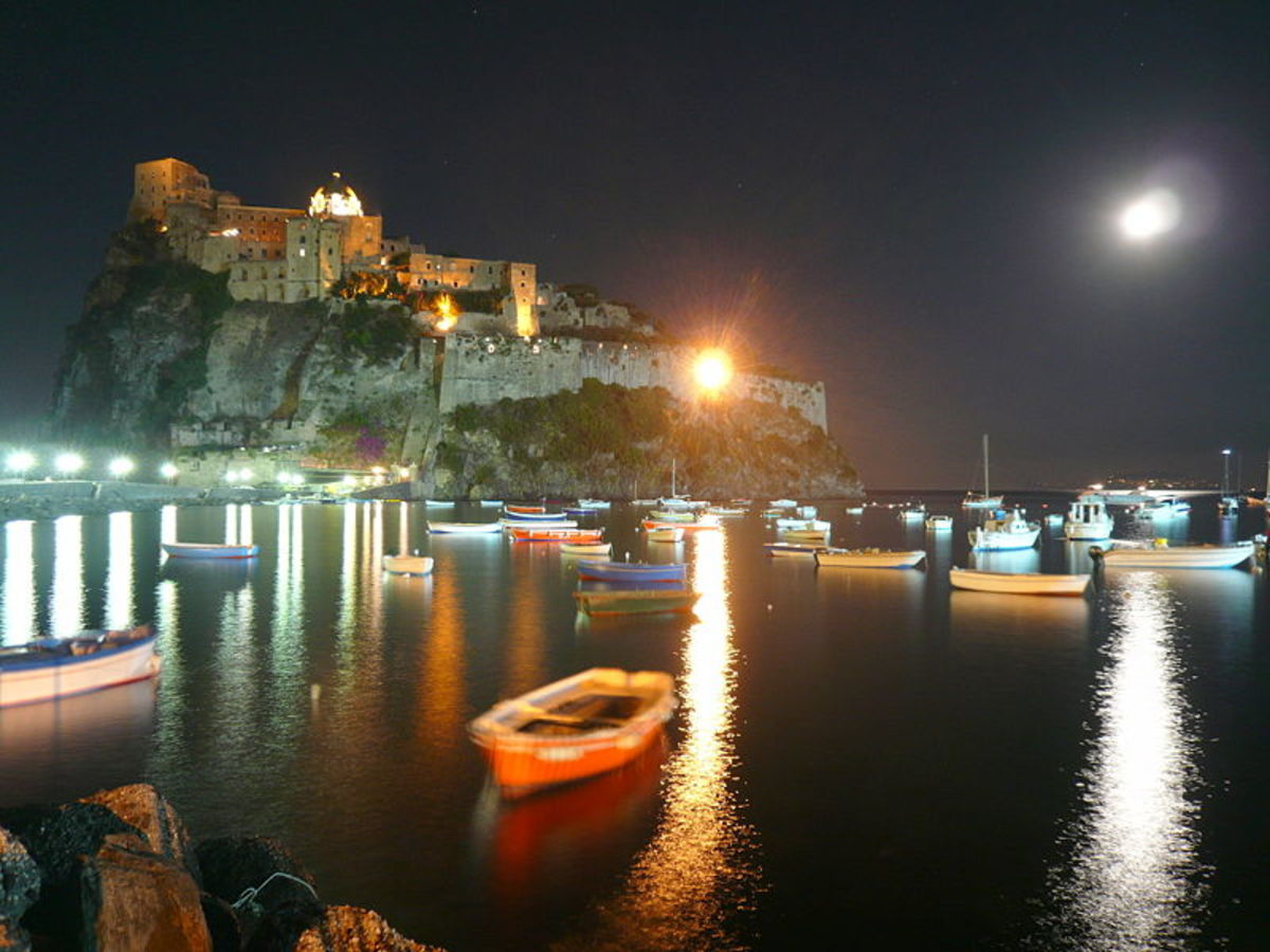 Night view of the Castello Aragonese.  Image courtesy Wikimedia Commons.
